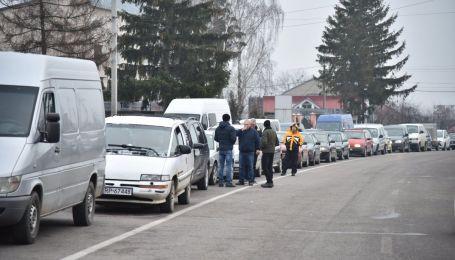 В Львовской области границу с Польшей наводнили сотни автомобилей