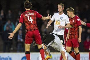У чемпіонаті Шотландії футболіст щосили зацідив поміж ніг супернику після декількох фолів