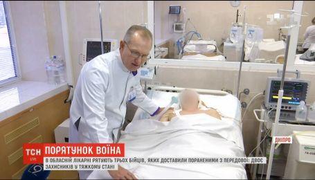 Медики Дніпра рятують тяжкопоранених на передовій бійців