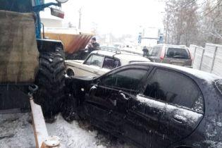 На Харківщині трактор комунальників протаранив службове авто поліції і ще сім легковиків
