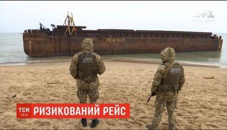 В Одесской области из-за непогоды на берег выбросило подозрительную баржу