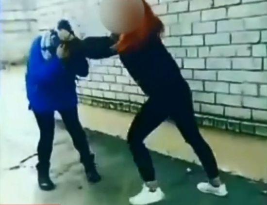 У Запоріжжі учениця ПТУ жорстоко побила подругу і виклала відео в інтернет