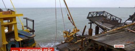 Розтрощила причали і катери: баржу з контрабандними цигарками штормом прибило до берега на Одещині