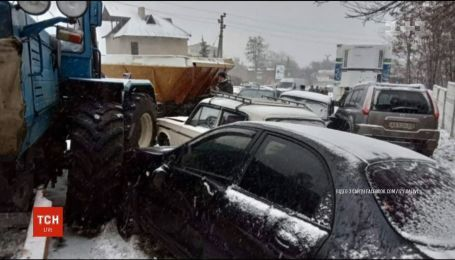 На Харьковщине коммунальный трактор протаранил семь автомобилей