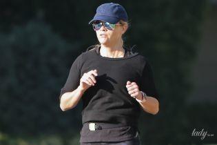 В красивых трениках: Риз Уизерспун вышла на пробежку