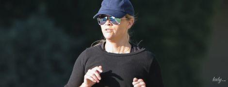 У красивих спортивках: Різ Візерспун вийшла на пробіжку