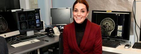 В прозрачной водолазке и грязных туфлях: герцогиня Кембриджская Кейт в неврологической клинике