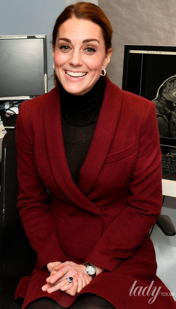 В прозорій водолазці і брудних туфлях: герцогиня Кембриджська Кейт в неврологічній клініці