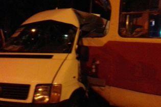 У Запоріжжі трамвай протаранив маршрутку - чотирьох людей з травмами забрали до лікарні