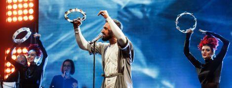 Пина колада для поклонницы и признание в любви: Виталий Козловский устроил яркое шоу на концерте в Киеве
