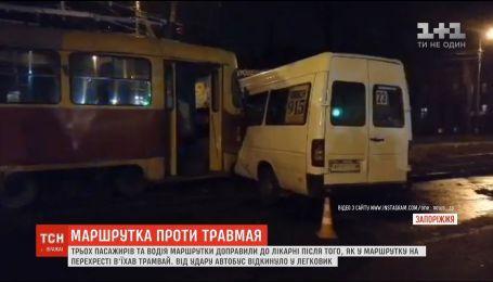 Трех пассажиров и водителя маршрутки госпитализированы в результате ДТП в Запорожье