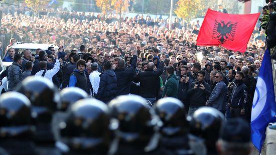 В Албанії мітингувальники штурмували парламент