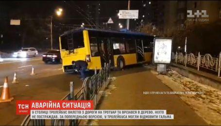 В столице троллейбус вылетел с дороги и врезался в дерево