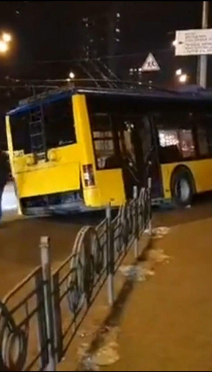 ДТП у столиці: тролейбус вилетів з дороги та дивом не впав в глибоку яму