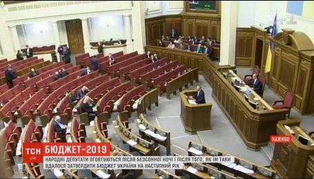 Сессионный зал почти пустой: как депутаты собрались на заседание после бессонной ночи в Раде