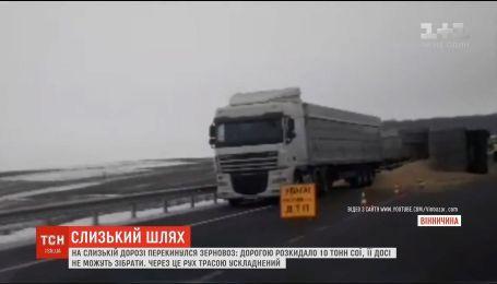 На слизькій дорозі поблизу Вінниці перекинувся зерновоз