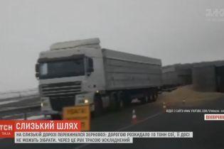 10 тонн сои оказались на трасссе возле Винницы из-за аварии зерновоза