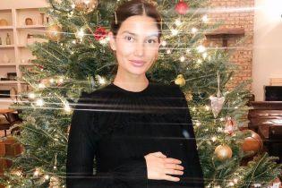 У чорній міні-сукні: вагітна Лілі Олдрідж привітала шанувальників з Днем подяки
