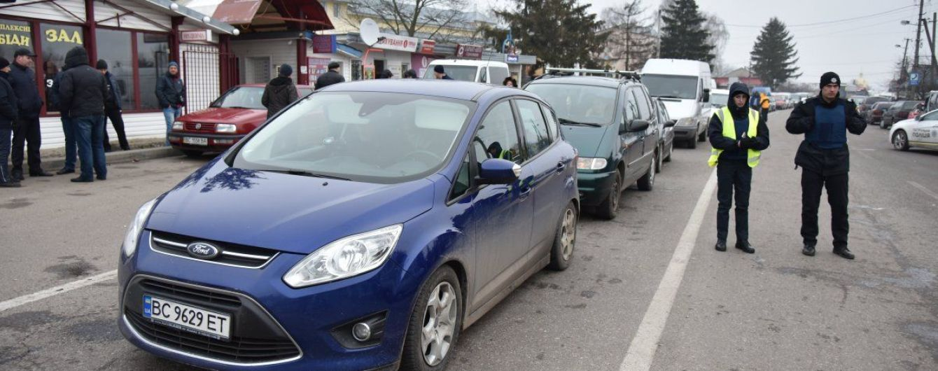 Сотні авто стоять на західному кордоні України. Де найбільші черги