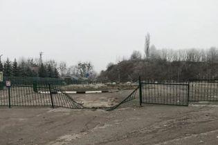 На Волыни контрабандисты с мебелью и медоборудованием разнесли забор и угрожали СБУшникам - журналист