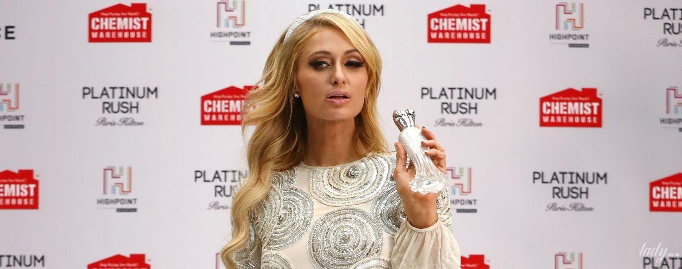 Без кольца, но в мини-платье: счастливая Пэрис Хилтон блеснула на презентации парфюма в Мельбурне