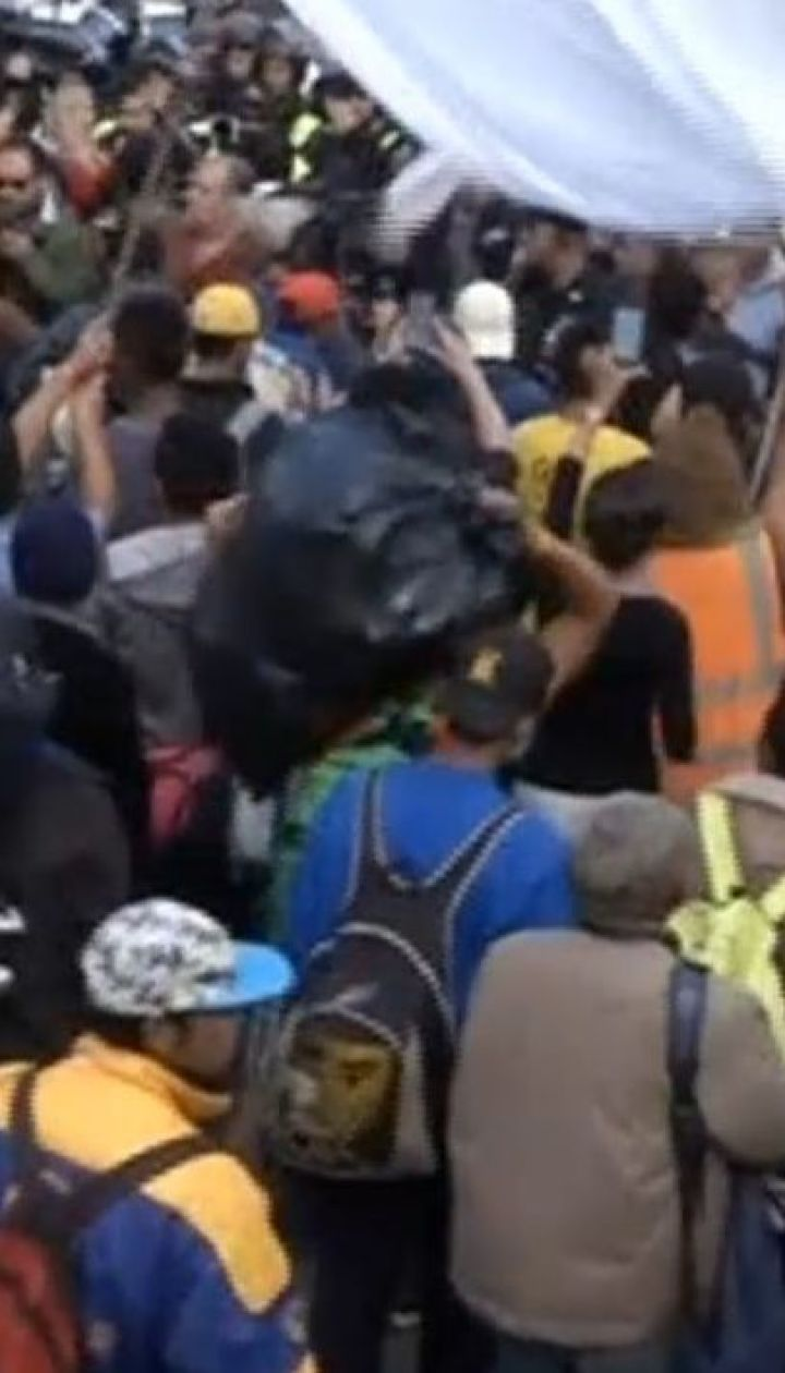 У Тіхуані сотні мігрантів пройшли маршем до американського кордону, вимагаючи швидше надати їм притулок