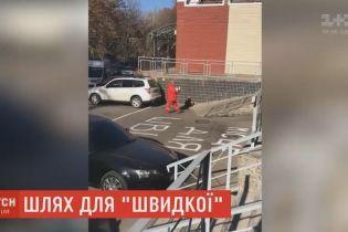 """Водители в Днепре блокируют подъезды """"скорых"""" к областной детской больнице"""