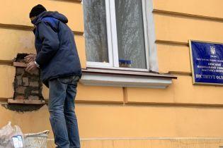 С фасада Киевского университета сняли барельеф в честь организатора Голодомора