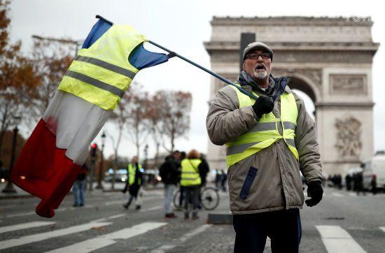 """""""Паливні"""" протести у Франції: демонстрант з гранатою вимагав зустрічі з Макроном"""