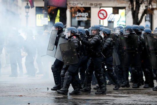 У Франції затримали вже 700 мітингувальників. Поліція застосувала водомет