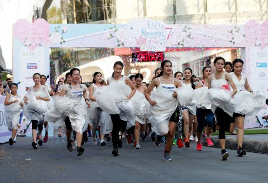 На зустріч до подружнього життя: у Таїланді відбувся забіг наречених