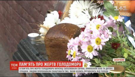 Хліб, свічки та дитячі іграшки: по всій Україні вшанували пам'ять про жертв Голодомору