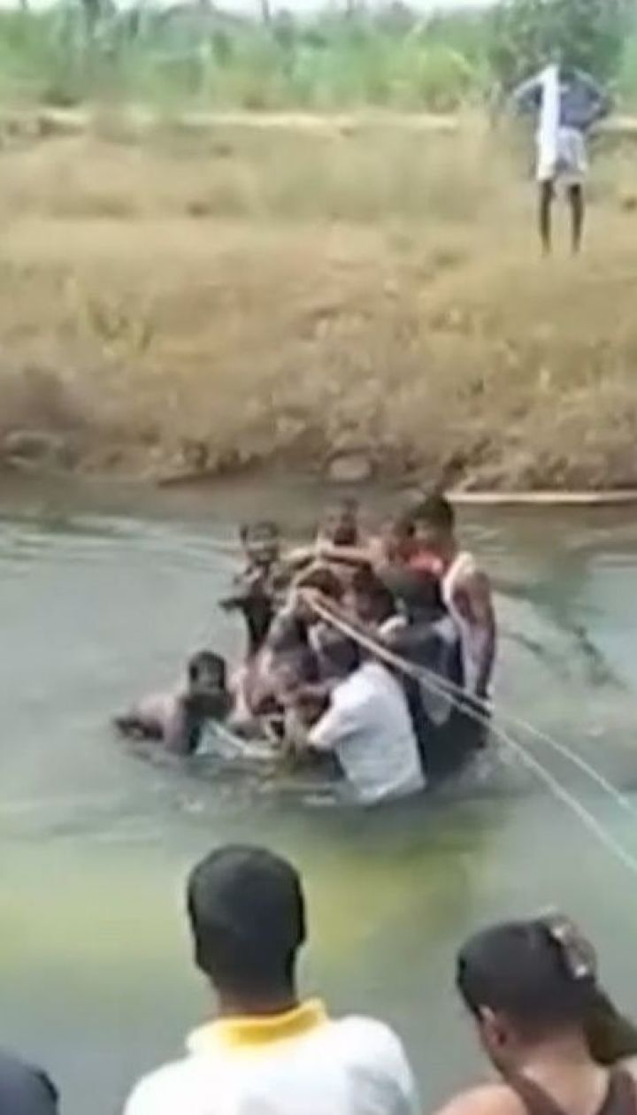 В Індії швидкісний пасажирський автобус впав у річку