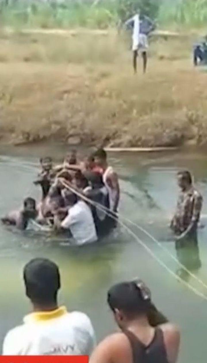 В Индии скоростной пассажирский автобус упал в реку