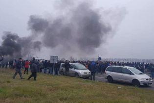 """""""Закон про """"євробляхи"""" набув чинності: люди перекрили польсько-український кордон і запалили шини"""