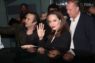 Роскошная Анджелина Джоли в монохромном наряде посетила светское мероприятие