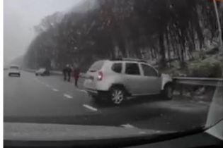 ДТП под Киевом на обледенелой трассе: после столкновения одно из авто вылетело в кювет и загорелось
