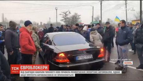 """Владельцы """"евроблях"""" перекрыли движение на 6 пунктах пропуска на Львовщине, Волыни и Закарпатье"""