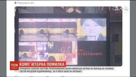 В Китае система распознавания лица выписала штраф за нарушение ПДД портрету на автобусе