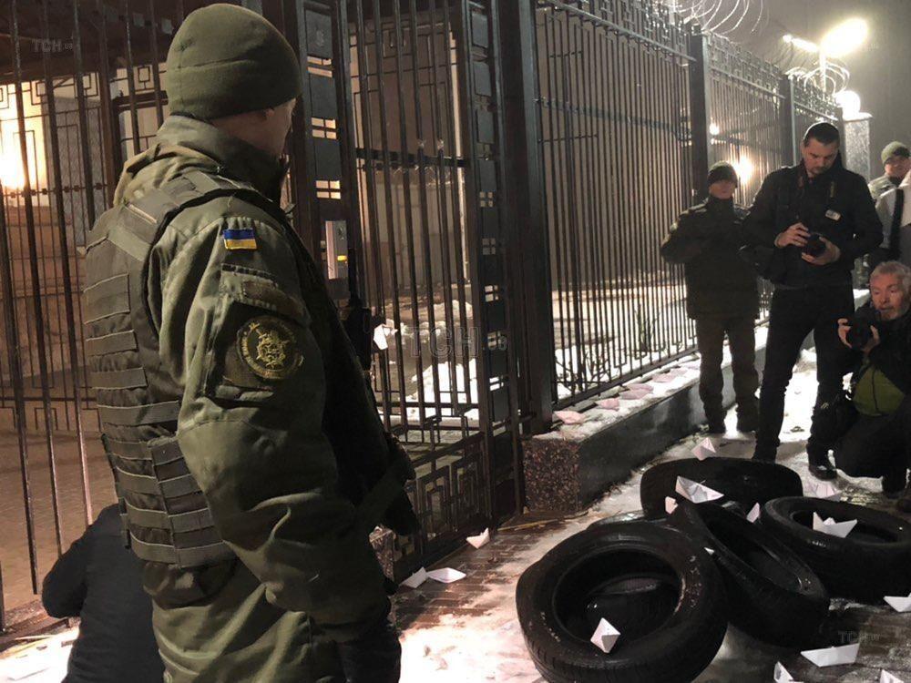 шини під посольством РФ_2
