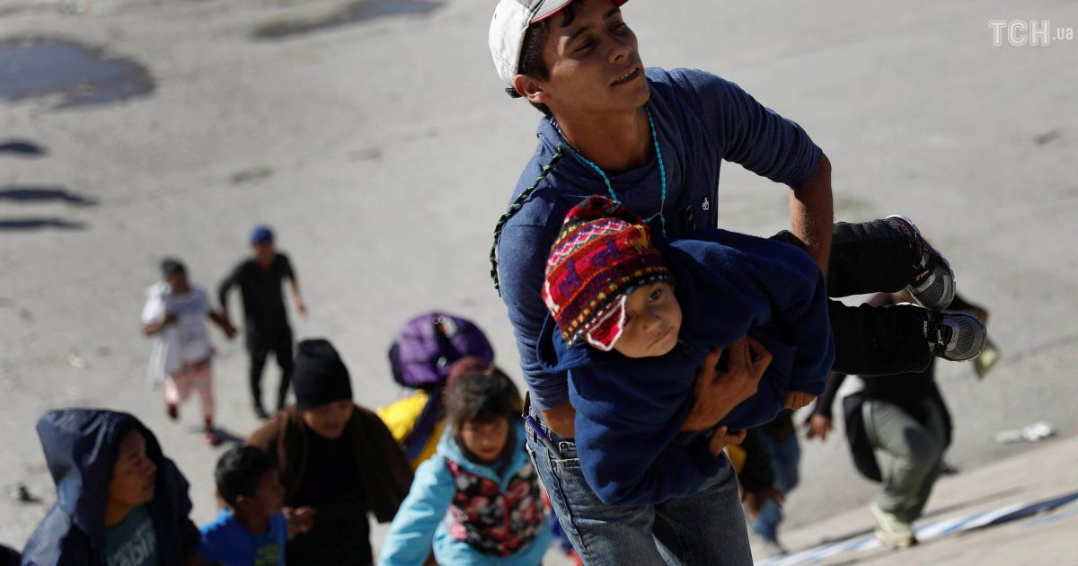 """Дети кричали: силовики применили слезоточивый газ против """"каравана мигрантов"""" на границе США с Мексикой"""