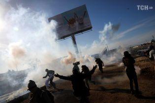 """Діти кричали: силовики застосували сльозогінний газ проти """"каравану мігрантів"""" на кордоні США з Мексикою"""