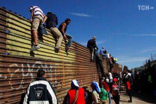 """Борьба с """"караванами мигрантов"""": в Пентагоне решили оставить армию на границе с Мексикой на 2 месяца"""
