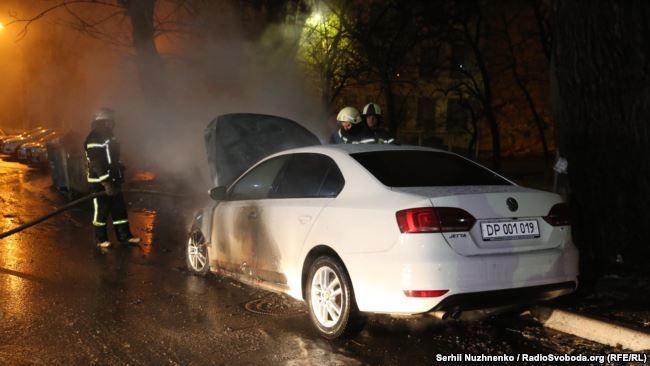 горить авто з дипломатичними номерами Росії_1
