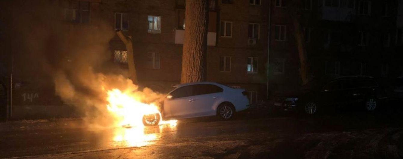 В Киеве разбили и сожгли автомобиль с дипломатическими номерами России