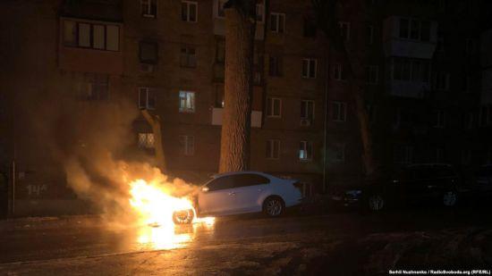 У Києві розтрощили та сплалили автомобіль із дипломатичними номерами Росії