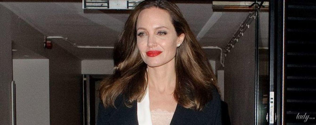 В дорогом кружевном платье: Анджелина Джоли посетила фестиваль в Лондоне