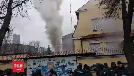 У Харкові російське консульство закидали фаєрами
