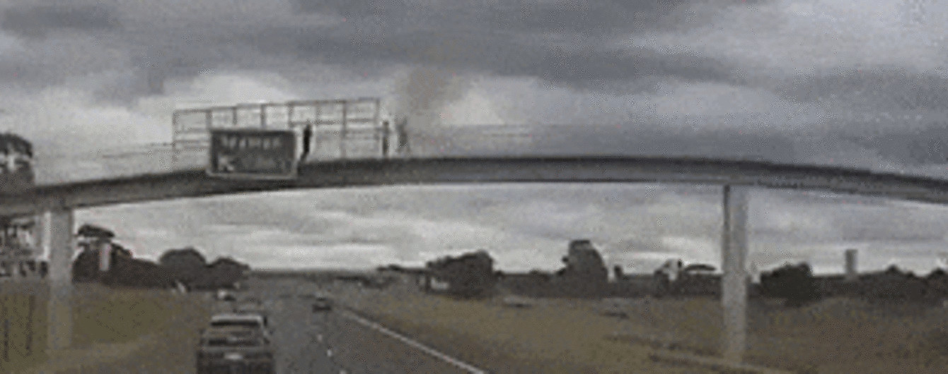 В Сети появилось видео, как австралийские подростки едва не убили водителя грузовика 12-килограммовым камнем
