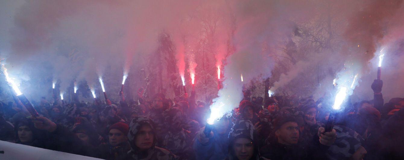 В Киеве активисты пришли под Администрацию президента с требованиями перед введением военного положения